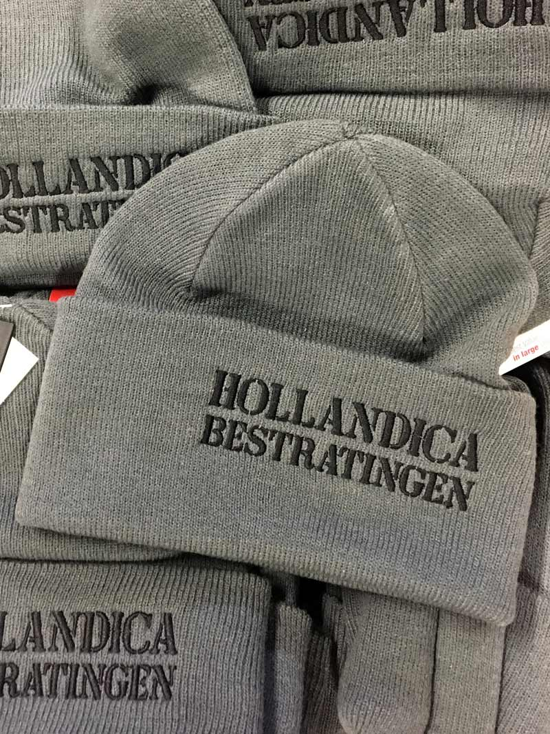 Geborduurde mutsen voor Hollandica Wageningen