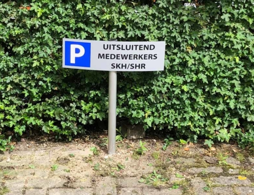 Parkeerbordje uitsluitend voor medewerkers