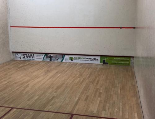 Reclamebord op de squashbaan